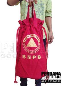 tas serut pouch kanvas dengan tali jinjing Q3707